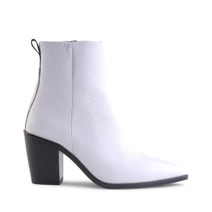 Image of Crafted in Spain, Siren brings you the Mirar Collection. Porto, a boot that's made for walking. Featuring soft genuine tumble white leather with a contrasting black tab. Classic pair that will never go out of style.    Product description:    * Upper: 100